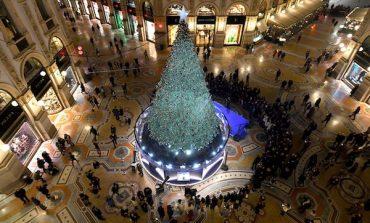I brand di gioielli fanno gli alberi di Natale a Milano