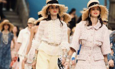 Le sfilate di Parigi al via nel ricordo di Lagerfeld