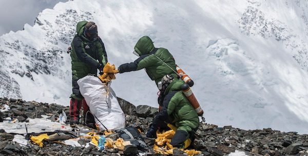 Bally sale sull'Everest per una spedizione ecologica