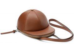 Arriva il cappello/borsa di JW Anderson
