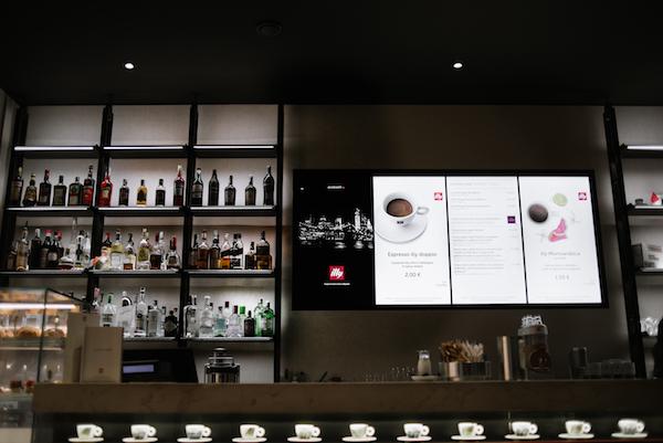 Il menuboard trasforma il bancone del bar in un palcoscenico